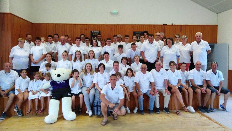 Une partie des joueuses et joueurs vêtus de la tenue qui sera portée lors du championnat de France le 11 août.