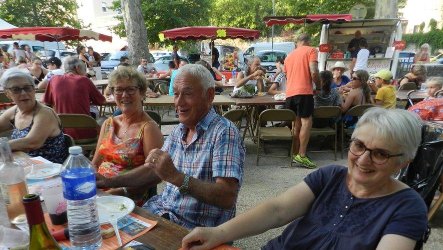 Après avoir choisi ses plats et pris un verre consigné vendu par le comité des fêtes, le plaisir de partager un bon repas entre amis.