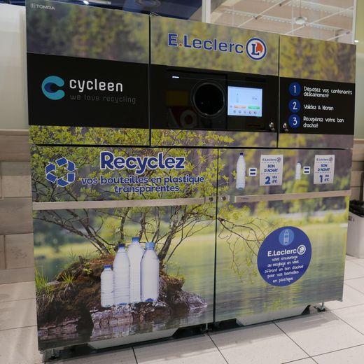 La machine permet de récupérer les bouteilles en plastiqueet offre un bon d'achat.