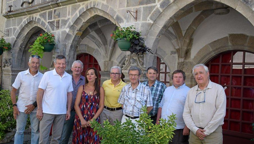 Vanessa Sandoval,organisatrice, entourée d'éluset responsables du mondeéquin, à Mur-de-Barrez.