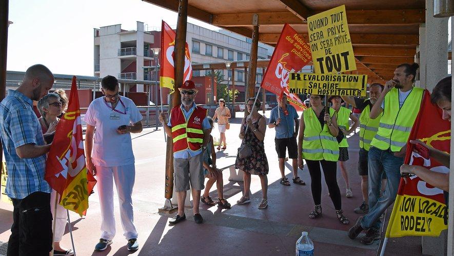 Les militants de la CGT étaient devant l'hôpital, jeudi.