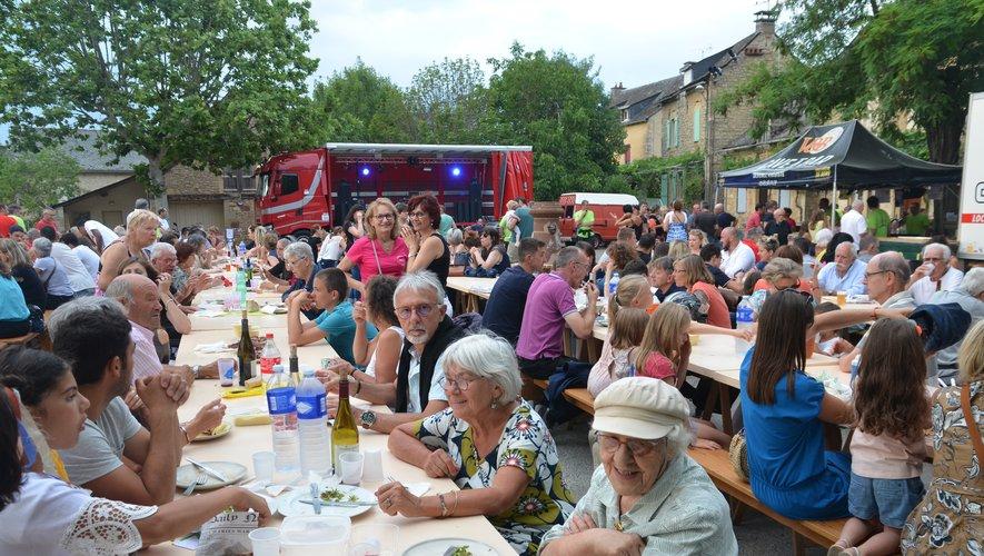 Beaucoup de monde sur la place du village pour le marché de pays.