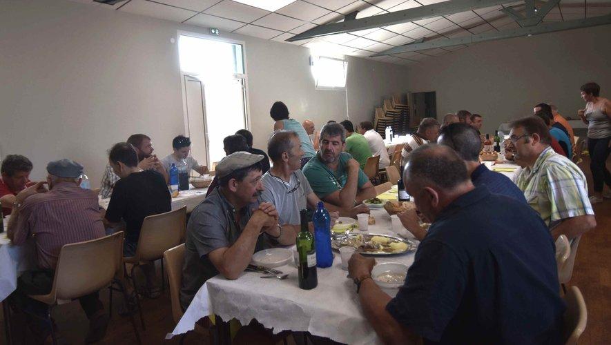 déjeuner aux tripoux à la fête de Pierrefiche