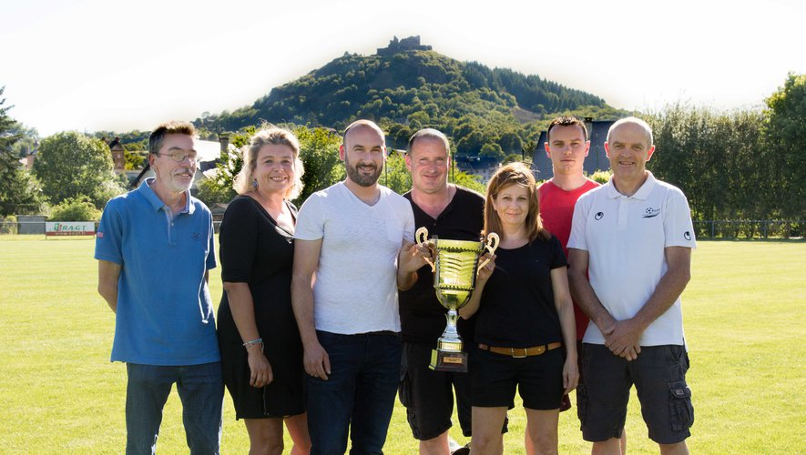 Les responsables du club et Sébastien Loubejac qui entraînaitl'équipe lauréate de la coupe de l'Aveyron en 2017.