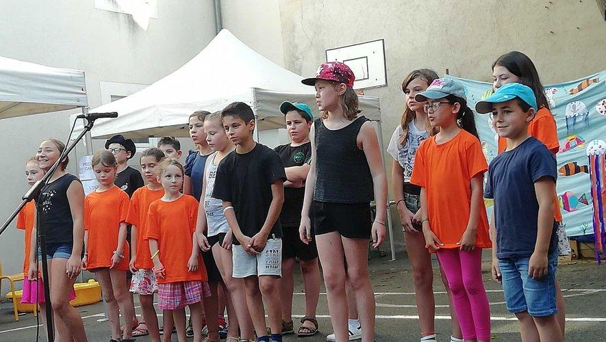Les enfants ont donné un spectacle, avec chants divers jeux de scène.
