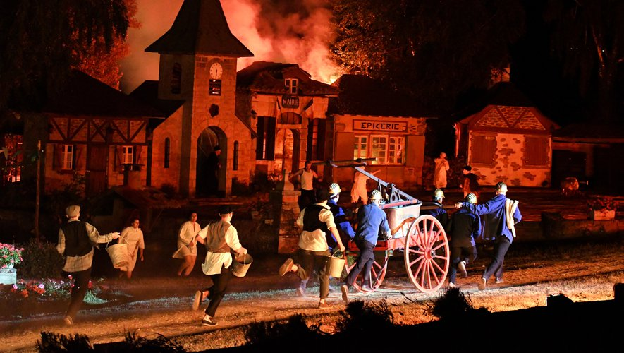 La spectaculaire scène de l'incendie, avec les pompiers et leur pompe à bras.