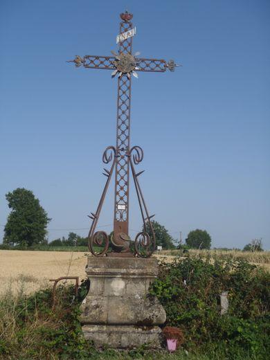 La croix aurait bien besoin d'un bon rafraîchissement.