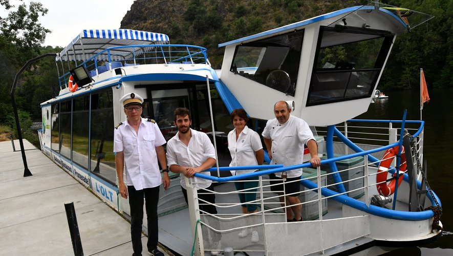 L'équipage au complet reçoit les touristes pour l'embarcation à bord de l'Olt.