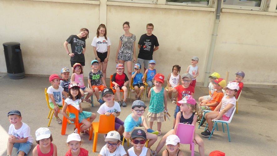 Les enfants réunis dans la cour de l'école Jean Boudou avant de réaliser une piñata géante.
