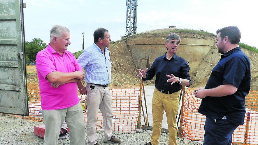 Le président de l'entreprise Capraro, Jules Delbos (à droite), avec les élus et technicien villefranchois sur le chantier.