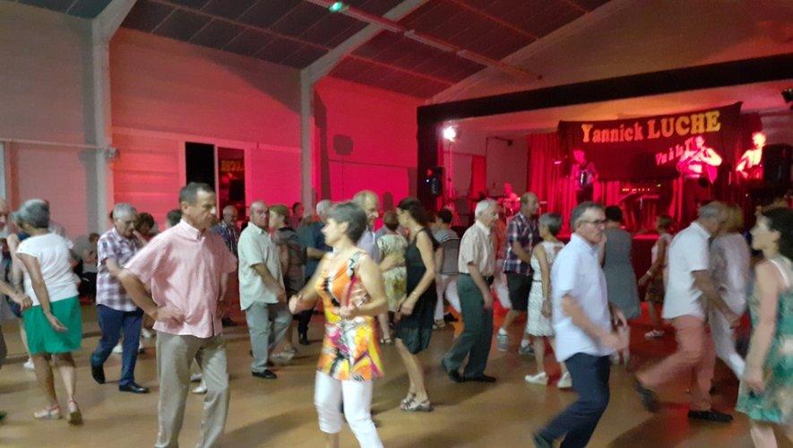 Les danseurs ont pu se défouler sur la piste au son de l'orchestre de Yannick Luche.