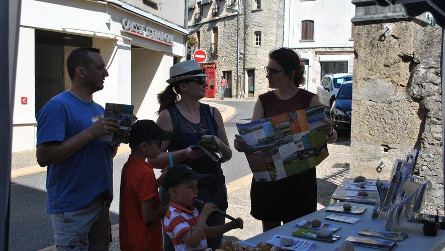 Des touristes attentifs aux animations proposées.