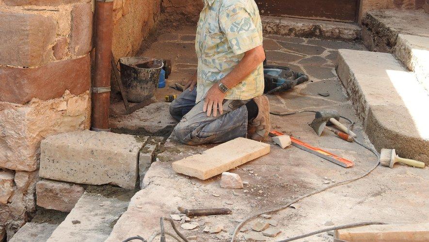 Paco, toujours très à l'aise pour la taille de pierres.