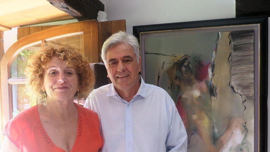 Lyseth et Pierre-Marie à l'atelier de Monnès devant une œuvre du peintre.
