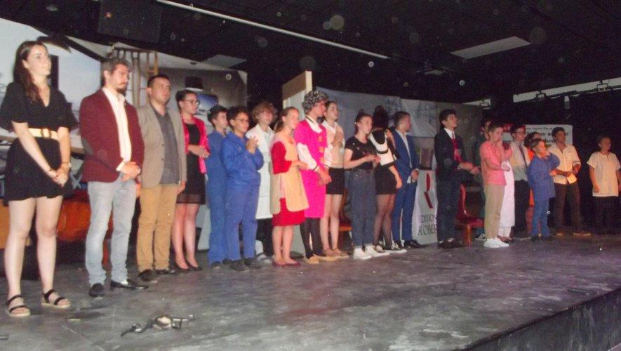 Tous les jeunes comédiens réunis sur scène à la fin du spectacle.
