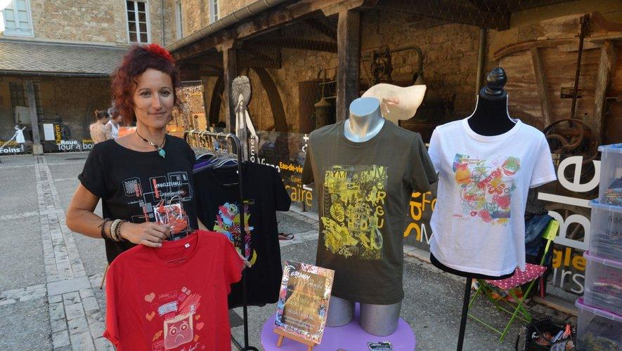 Charlotte Bertoni lors de sa première exposition sur le marché d'artisans d'arts dans la cour de la filature, à Salles-la-Source.