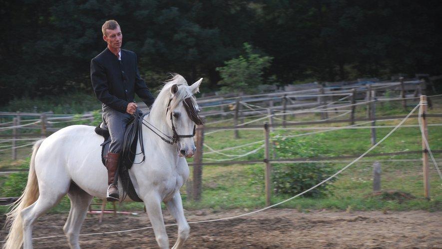 Manu Lacheret présente un travail original, en musique, en recherchant la complicité entre l'homme et le cheval.