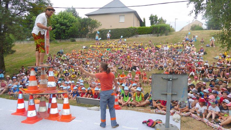 Les enfants émerveillés par l'un des spectacles.