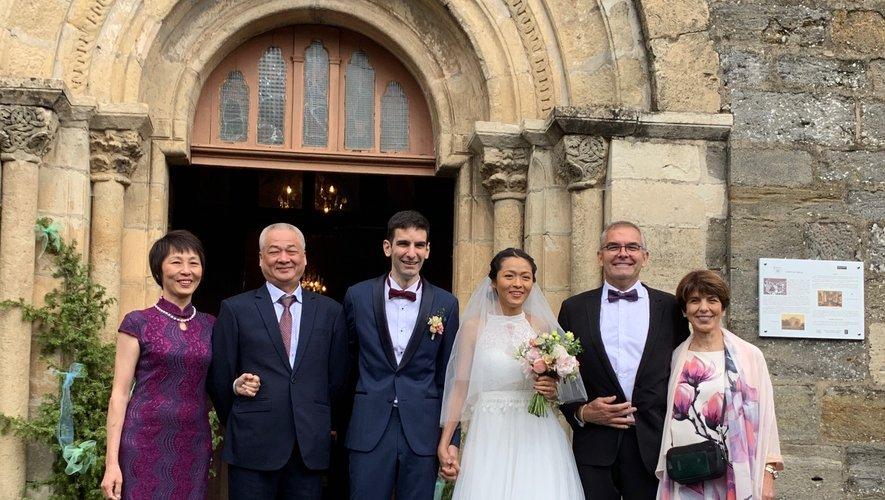 Les mariés sont entourés de leurs parents.
