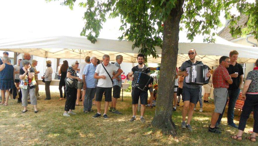 Beaucoup de monde à la châtaigneraie pour l'apéro en musique et le repas gourmand !