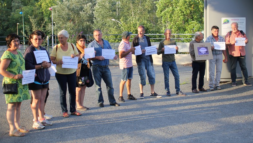 Les opposants au projet Solena ont manifesté leurs inquiétudes en arborant des panneaux lors du conseil communautaire.