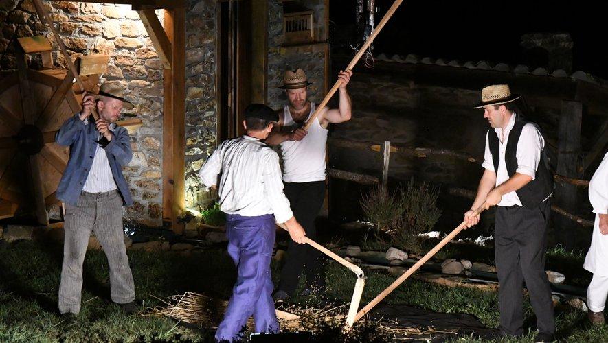 « Hier un Village » restitue le quotidien d'un bourg rural du début du XXe siècle, ici le battage à l'aide du fléau./Photo Seb Murat.