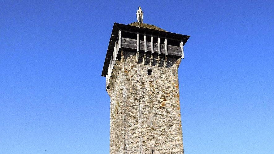 Le sommet de la tour culmine à 933 mètres.
