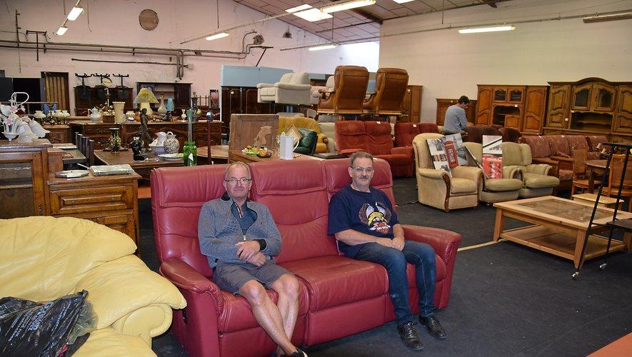 Jacques et Gérard, deux bénévoles de l'équipedans l'entrepôt de la ruedes Vanniers à Bel Air.