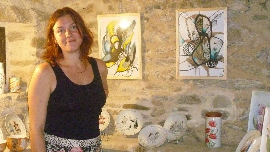 Élodie Mazars présente une partiedes tableaux présents à l'exposition.
