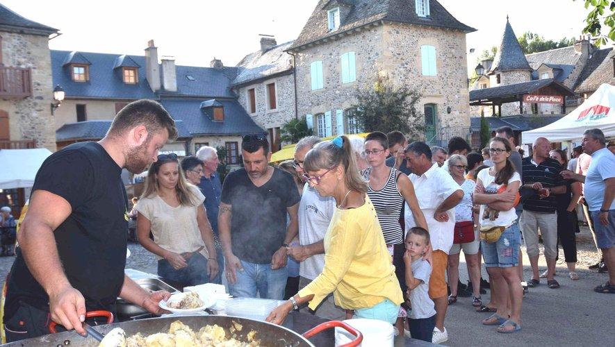 Distribution du repas truffade cochon grillé à fête de la Ste Epine
