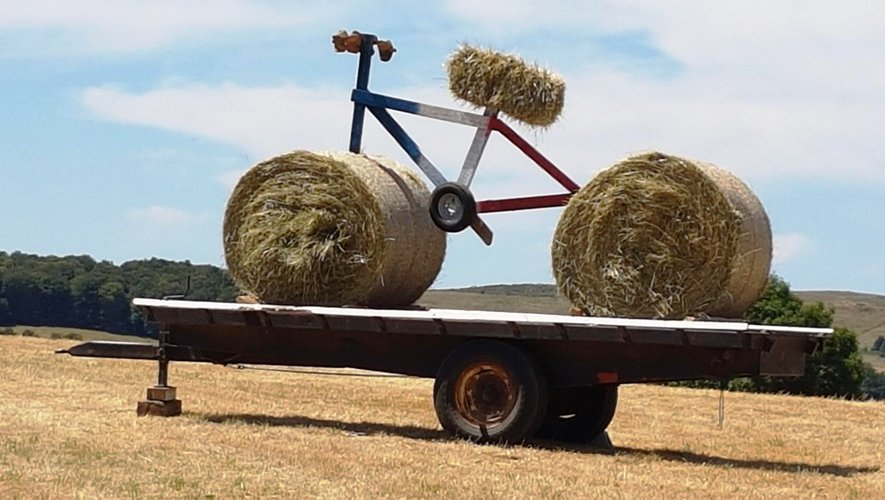 Le vélo d'Alpuech, pour saluer la caravane et les cyclistes du Tour de France de passage sur nos routes.