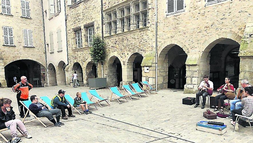 Des transats installés au milieu de la place Notre-Dame pour un farniente en musique./Photo MCB.