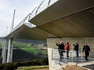 La nouvelle balade au départ de l'aire de Brocuéjouls offre un point de vue inédit sous le tablier du viaduc.