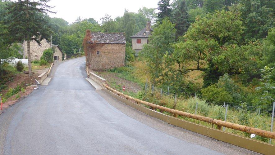 La chaussée sur le pont qui enjambe le ruisseau de la Brienne a été élargie.