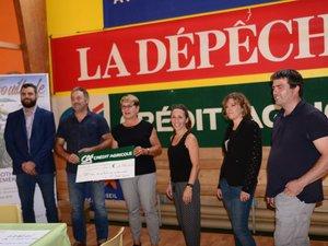 Les responsables du Crédit agricole ont remis un chèque aux organisateurs du festival.