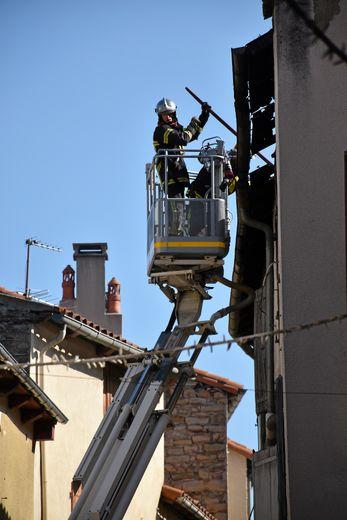 Après une nuit à éteindre le brasier, les pompiers ont déblayé la toiture ce vendredi.