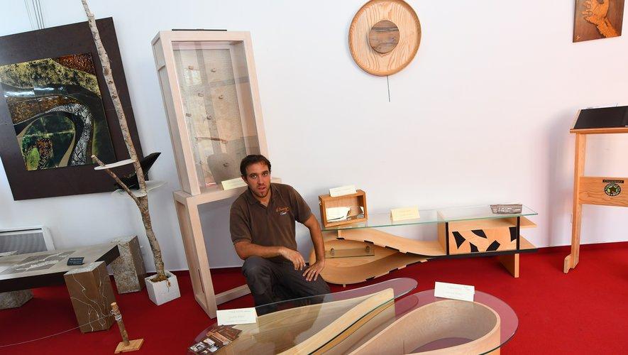 Nicolas Goubioud avec sa table basse originale en formede goutte d'eau, exposéeau syndicat d'initiativede Sauveterre-de Rouergue, pour laquelle il a souhaité déposer un brevet.