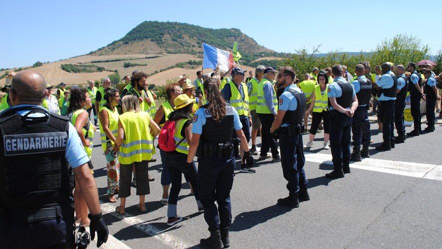 Un solide cordon de gendarmerie a empêché l'accés de l'A75 aux Gilets jaunes.
