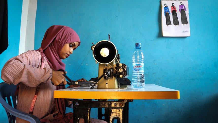 Dans son studio à la maison, Hawa Adan Hassan dessine de nouveaux modèles d'abaya, une longue robe islamique, et de hijab, voile islamique, qu'elle revisite en multipliant les coupes plus ou moins ajustées et les coloris.