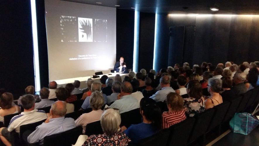 Le conférencier a fait le parallèle entre la calligraphie japonaise et certaines toiles de Pierre Soulages et Yves Klein.