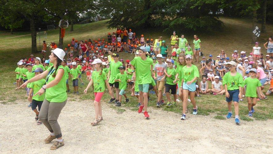 Les enfants de l'accueil de loisirs de la MJC, en vert, participant à un spectacle de Cap Mômes.