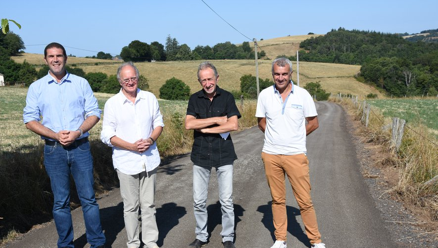 Les élus de la communauté de communes et Maurice Battut, maire constatent l'avancement des travaux.