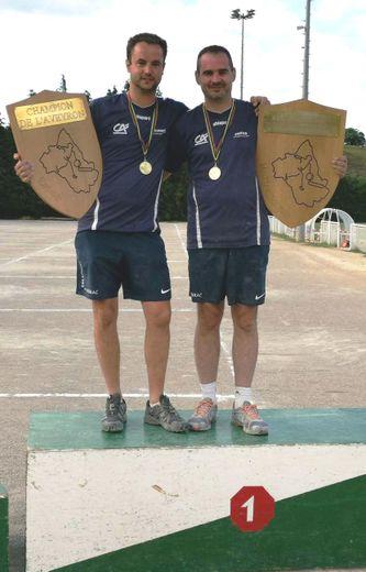 Rodolphe Besombes et Jean-Sébastien Bes, champions d'Aveyron dans les catégories Espoir et maître-joueur.