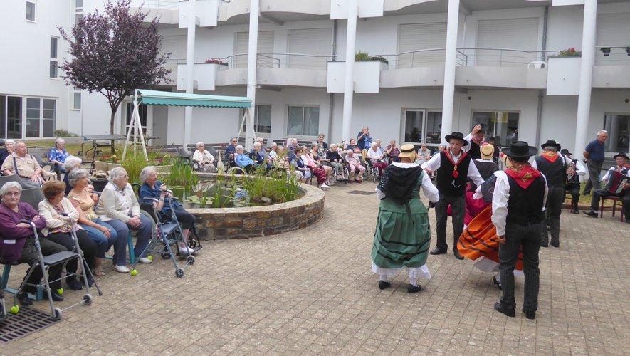 Moment de fête pour les résidants de Sainte-Anne avec Les Carabiroulets