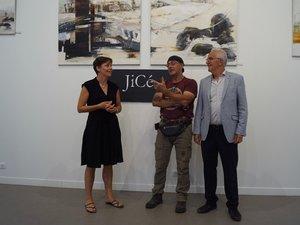 Jicé au côté du maire et de Nathalie (responsable de la galerie et de la médiathèque).