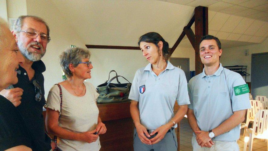 Leslie et Mathias, de la LPO Aveyron, répondent aux questions du public.