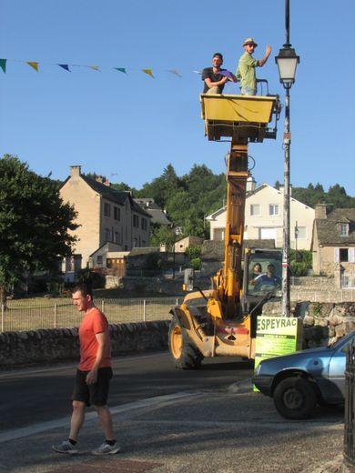 Dans le village, les banderoles annonçant le village en fête ont été accrochées.