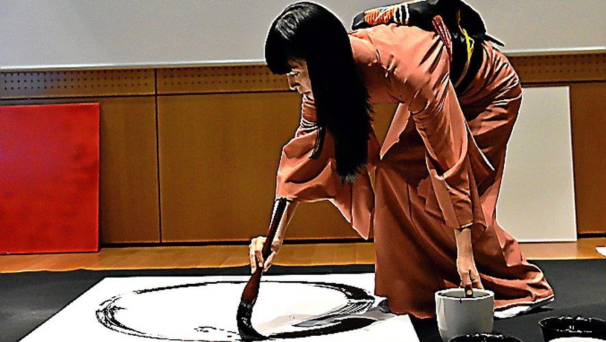 L'artiste japonaise Yukako Matsui en démonstration.