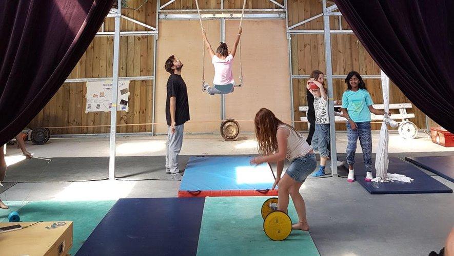Romain se charge de la partie artistique avec les stages de cirque.