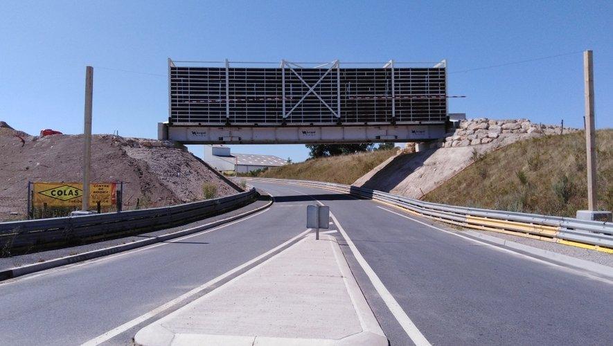 Le pont de Marengo est constitué d'un tablier métallique et d'un bardage sur ces deux côtés pour éviter toute chute de gravats sur la voie au-dessous.